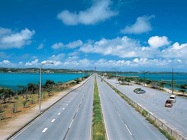 全長5kmの海中道路で4島を巡る 沖縄・うるま市ドライブルート