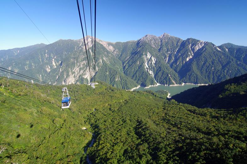 迫力満点の展望台から立山黒部アルペンルートに向かう絶景ドライブルート