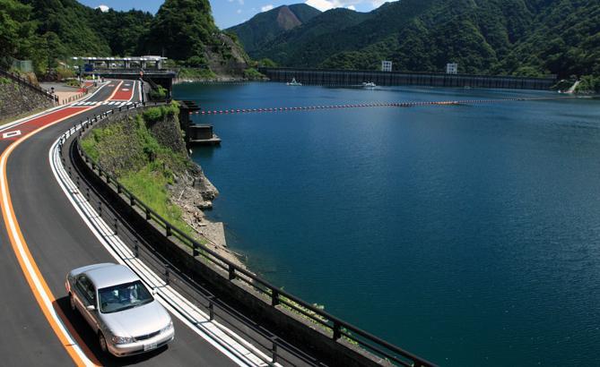 東京都心に近い奥多摩のワインディングロードを走る絶景ドライブルート