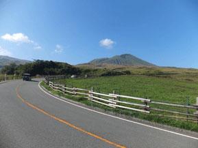 絶景ドライブルート 牧草地と草原が続く、阿蘇山への絶景登山道路 熊本県阿蘇市