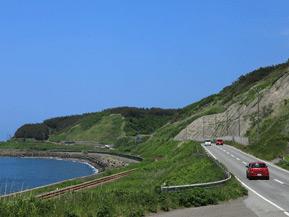 絶景ドライブルート ローカル線と並行して走る、のどかな海岸国道 青森県深浦町