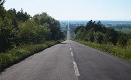 絶景ドライブルート まさに天まで続くように見える直線道路 北海道斜里町