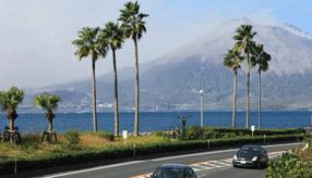 絶景ドライブルート 錦江湾越しに桜島を望むシーサイドロード 鹿児島県垂水市
