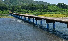 絶景ドライブルート 清流・四万十川に欠かせない、沈下橋がある風景 高知県四万十市
