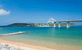 絶景ドライブルート 沖縄ブルーの海が美しい瀬底島に架かる橋 沖縄県本部町