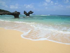 美しいビーチにたたずむ不思議な岩、ハートロックへドライブ 沖縄県今帰仁村