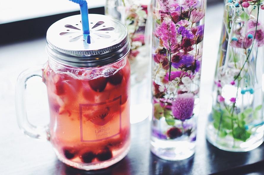 ジャグで提供されるベリージュース。テーブルに置かれた本物の植物を使ったハーバリウム(植物標本)が、おしゃれでかわいい!