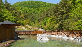 まるでプールのような広々露天風呂!草津温泉で日帰り温泉を楽しむ 群馬県草津町