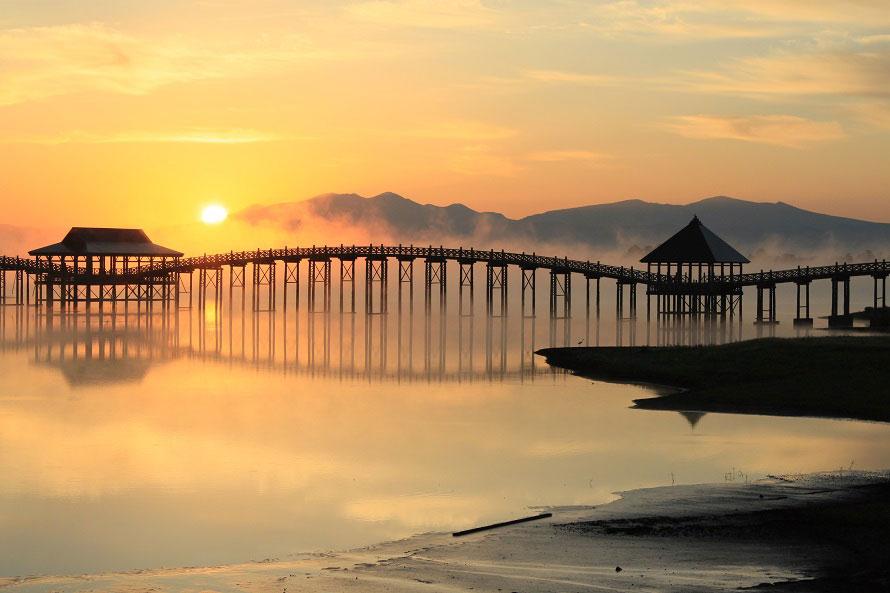 橋の西側を通る道路からは、橋の横顔を見ることができる。写真のように幻想的な風景に出会えることも。