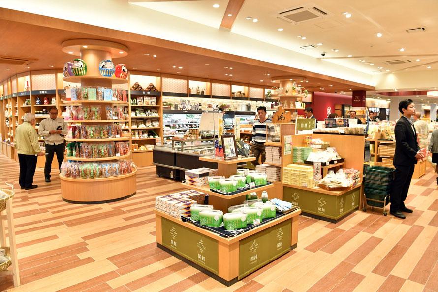 ショッピングコーナーは24時間営業。赤城・群馬・新潟を中心にした関越の特産品や銘菓が並ぶ