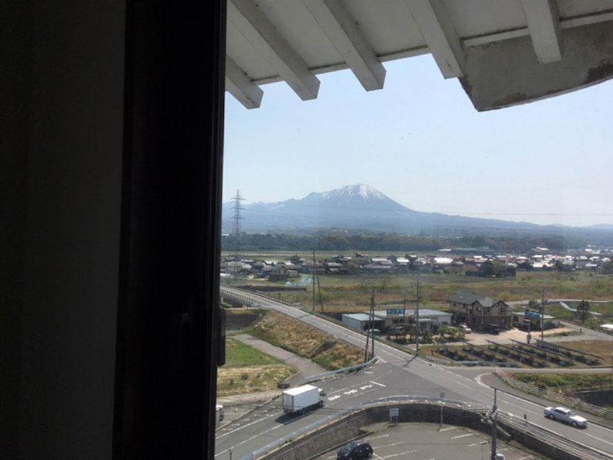 2階からエレベーターとらせん階段を上って立派な天守閣へ。360度見渡せる展望台からは遠く大山の雄姿や弓ヶ浜半島などを一望できる