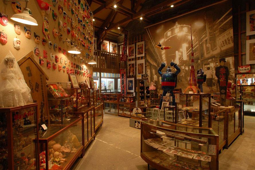 懐かしのおもちゃが6万点ほど展示されている「昭和ロマン蔵」内にある「駄菓子屋の夢博物館」