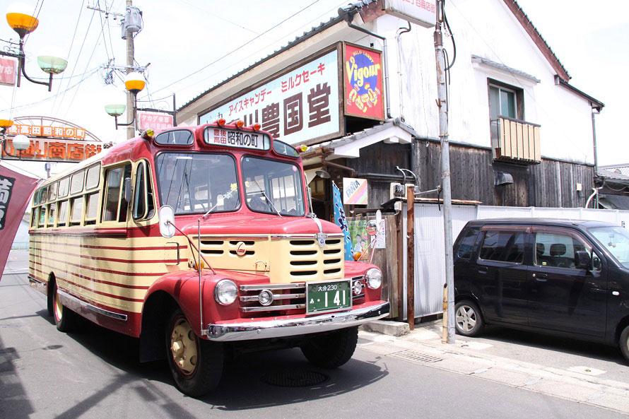 ボンネットバスは、昭和の町商店街や桂川沿いを15分ほどで周遊する。不定期運行なので運行実施日・時間については、公式サイトのトピックスを確認しよう