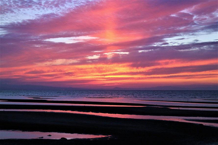 幻想的な夕日が見られる絶景スポット。変わっていく空と海の表情を楽しみたい