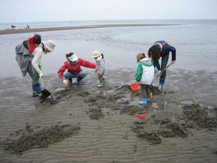 真玉海岸は、マテ貝がとれるスポットとしても有名。潮干狩り体験もできる(1名500円)。潮干狩りは1~8月・11月・12月に行われ、中でも4~6月の干潮時がおすすめ。問合せは「SOBA CAFEゆうひ」(TEL:0978-25-8533)へ