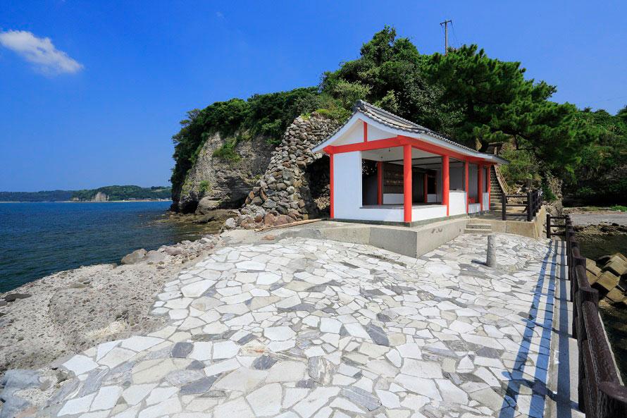 社殿の目の前には海が広がり、開放感たっぷり。粟嶋公園の駐車場に車をとめて徒歩でアクセス