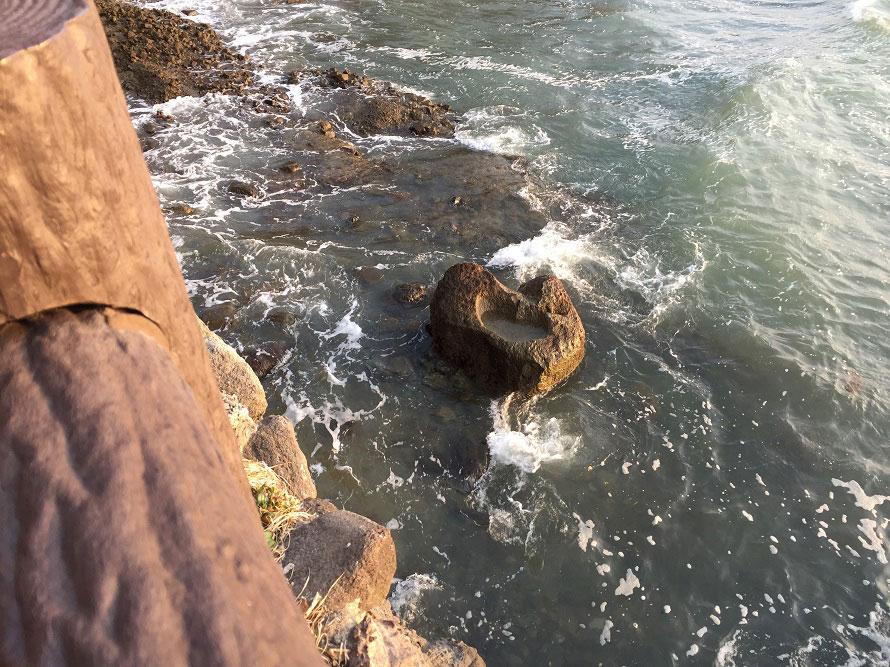 海中にあるハート型の「叶え岩」。この岩のくぼみに目がけて「願い石」を投げ入れて願掛けする。岩が現れるのは干潮時のみなのでご注意を