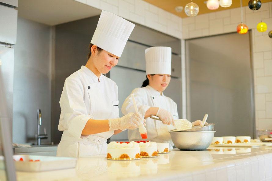 「春華堂」では、フレッシュな果実をぜいたくに使った洋菓子で季節を味わおう。ライブキッチンでは和洋菓子の職人の技を間近に見学できる。