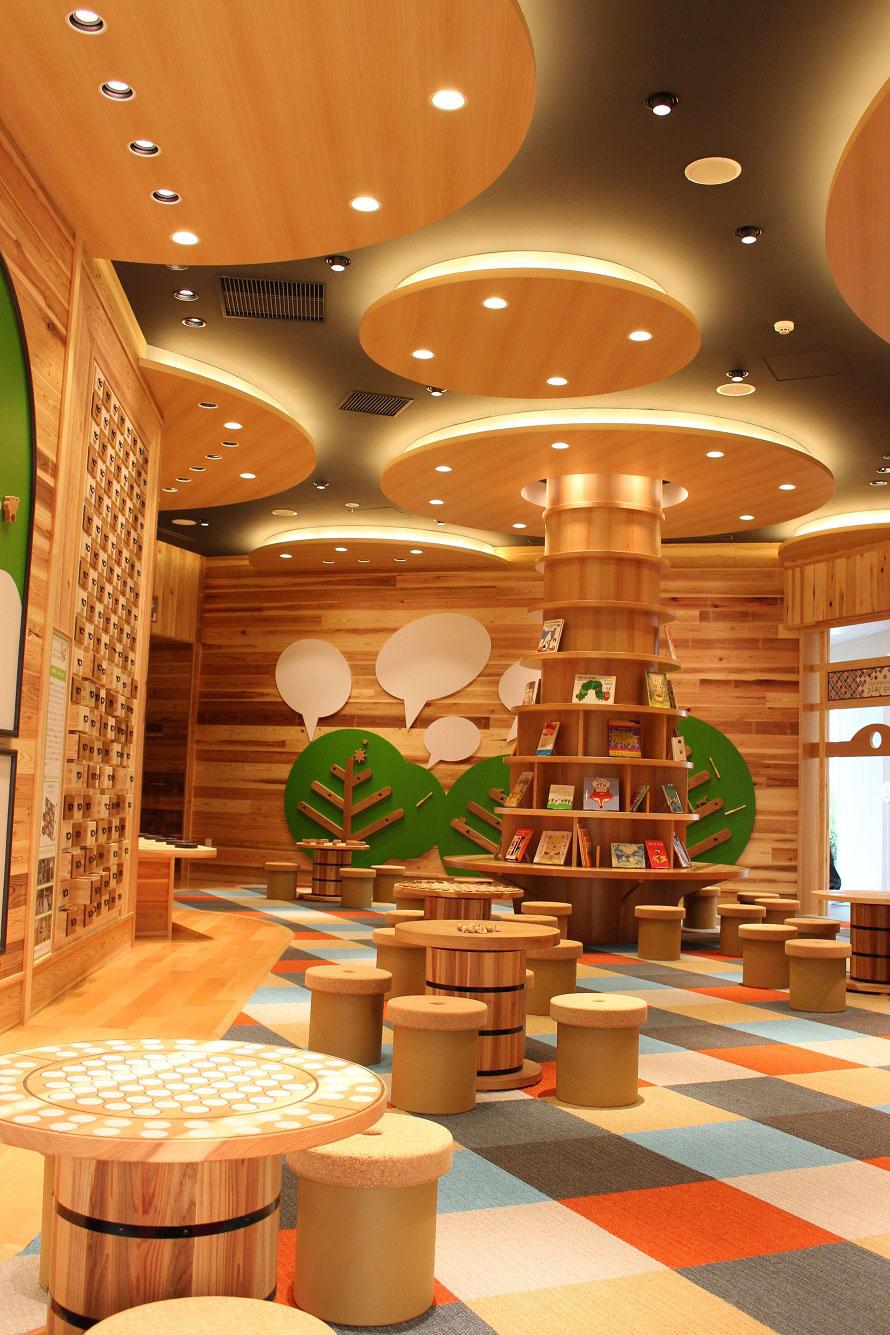 地元天竜杉の間伐材を利用した知育玩具がある「プレイグラウンド082」。秘密基地のようなわくわくする空間だ。
