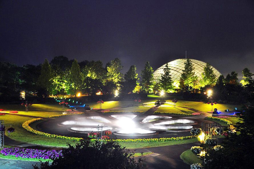 人気の夜間庭園が「ムーンライトフラワーガーデン」。展望回廊が囲む広大な庭園が、1万4000個の灯りで彩られる。