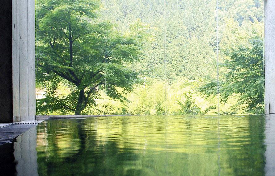 飛騨の隠れた名湯「飛騨金山ぬくもりの里温泉」。アルカリ性単純温泉の湯に浸かれば、ドライブの疲れも吹き飛びそう。