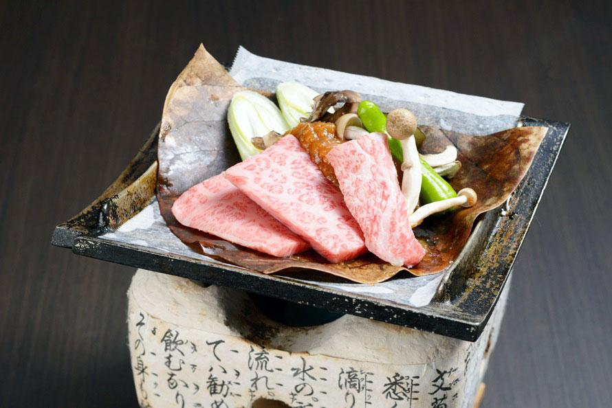 飛騨牛や鮎、松茸など、飛騨の食材が楽しめる「お食事処かれん」。名物の「飛騨牛朴葉味噌焼き定食」2160円(税込)など、飛騨ならではの味を堪能しよう。