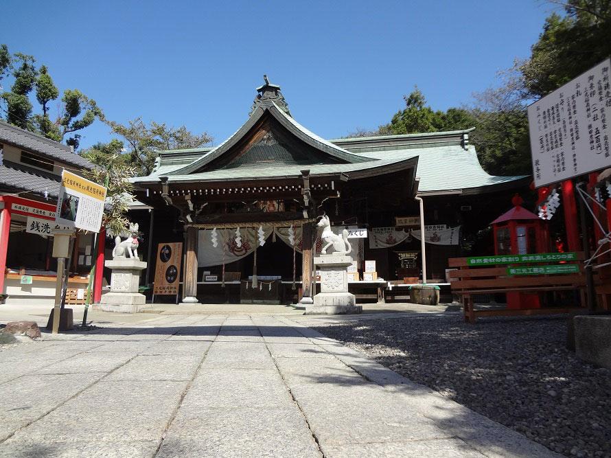 城山の麓にあるため、犬山城観光と合わせて参拝する人々でにぎわう。