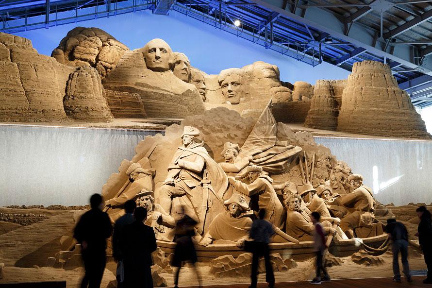 こちらは、2017年(第10期)開催「砂で世界旅行・アメリカ編」の展示作品。マウントラシュモアは本物そっくり!?