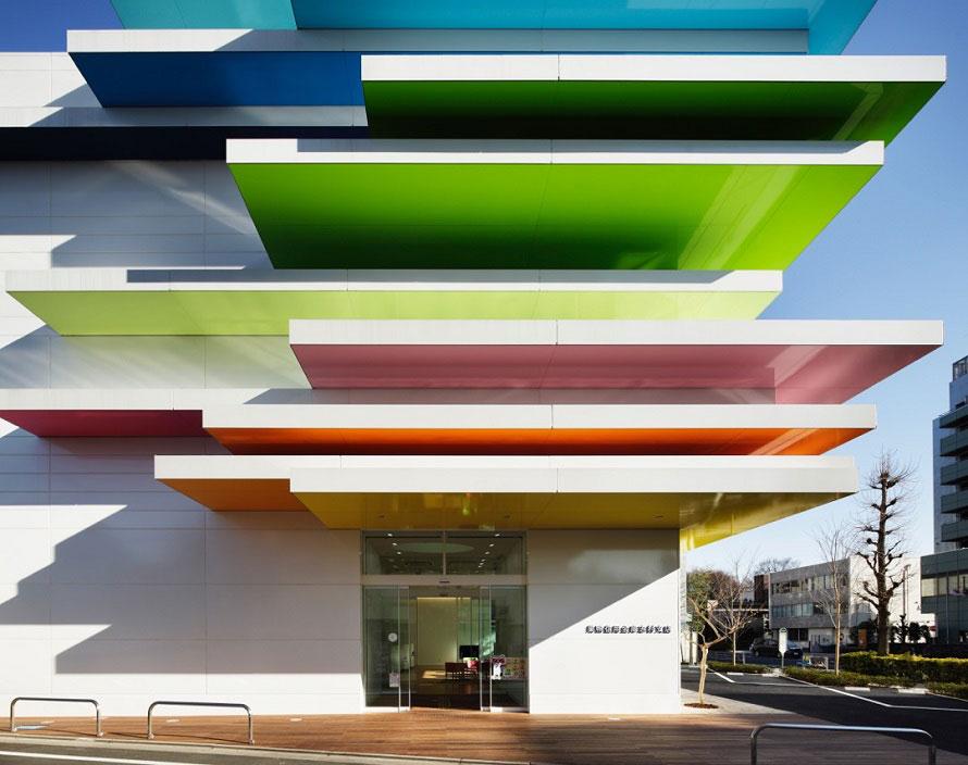 12色のカラフルな層がお出迎え。遠くから眺めたり、真下から見上げたり、違った雰囲気を楽しもう。