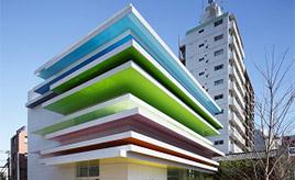 街中に虹が現れた!?12色の層が重なるミルフィーユのようなビル 東京都板橋区