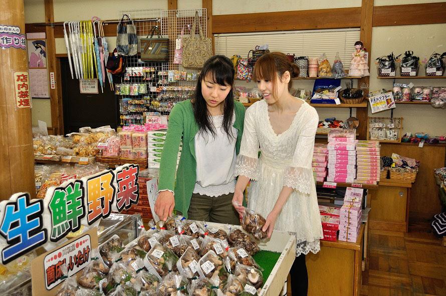 「ふれあいの泉」内にある売店や産直売店でお土産をゲット。川根茶や椎茸などが人気。