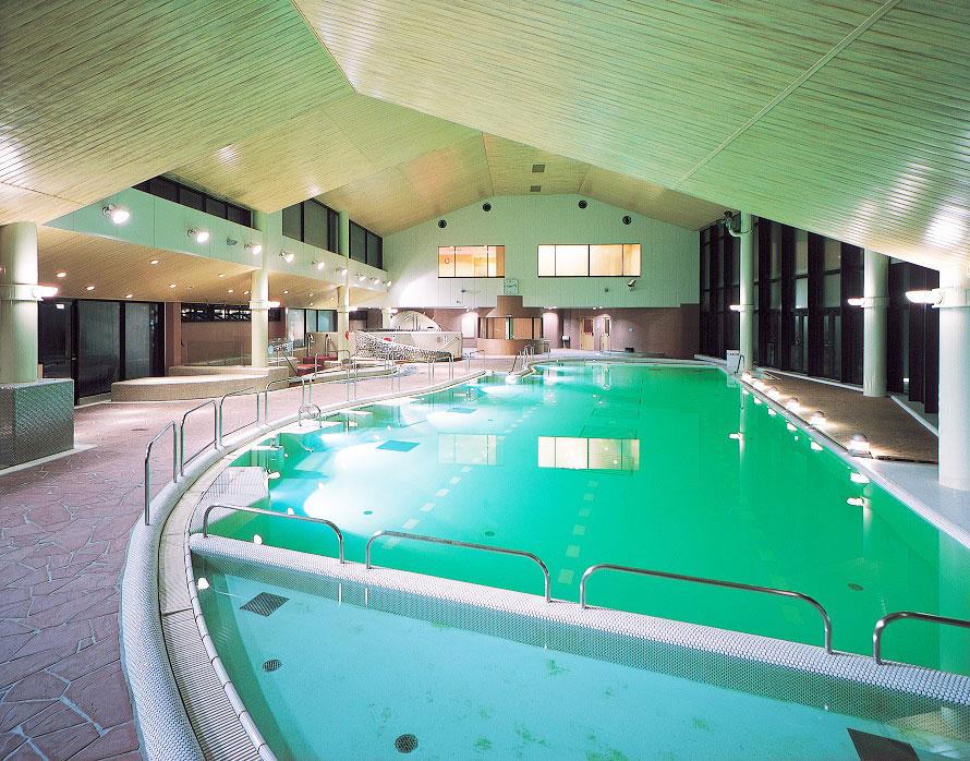 「ふれあいの泉」は温泉施設に加え、プールゾーン、食事処、ゲームコーナーなどの施設が揃う。