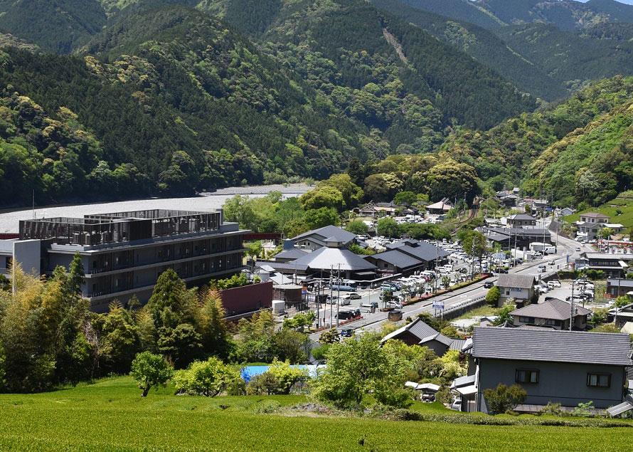 大井川が目の前を流れ、大井川鐵道のSL列車を間近に見ることができる。