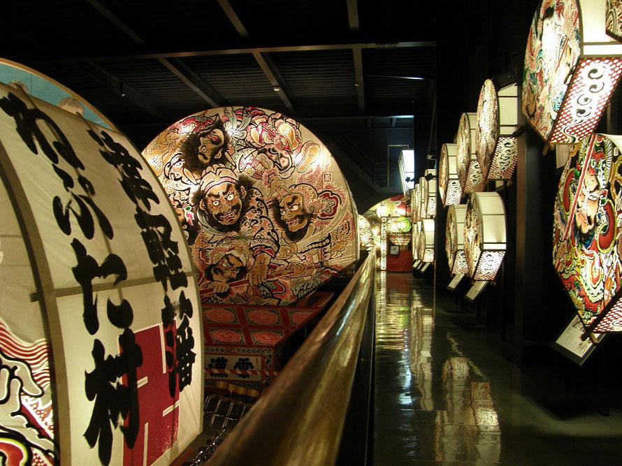 有料見学エリアは「弘前ねぷたの館」のほか、津軽蔵工房「たくみ」、津軽三味線「山絃堂」などがあり、30~45分ほどで見て回れる。