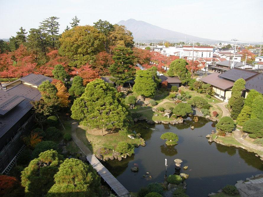 有料見学エリア内にある日本庭園「揚亀園」(ようきえん)。津軽富士こと岩木山と、弘前公園の松を借景とした庭園内には、弘前市指定文化財である茶室「揚亀庵」(ようきあん)がある。