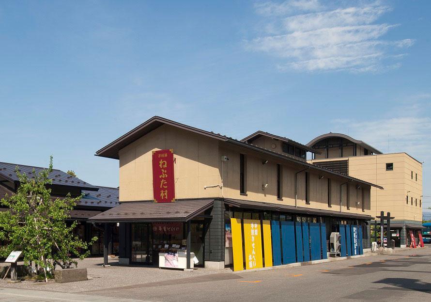 弘前公園の中央高校口から、左手に外濠を見ながらお濠沿いに歩いて2~3分で「津軽藩ねぷた館」に到着する。