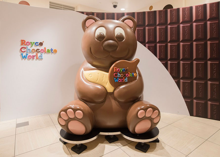 スマイル・ロードを歩いて行くと、高さ約2mもあるチョコレート色のクマがお出迎えしてくれる。並んで写真を撮ってみては?