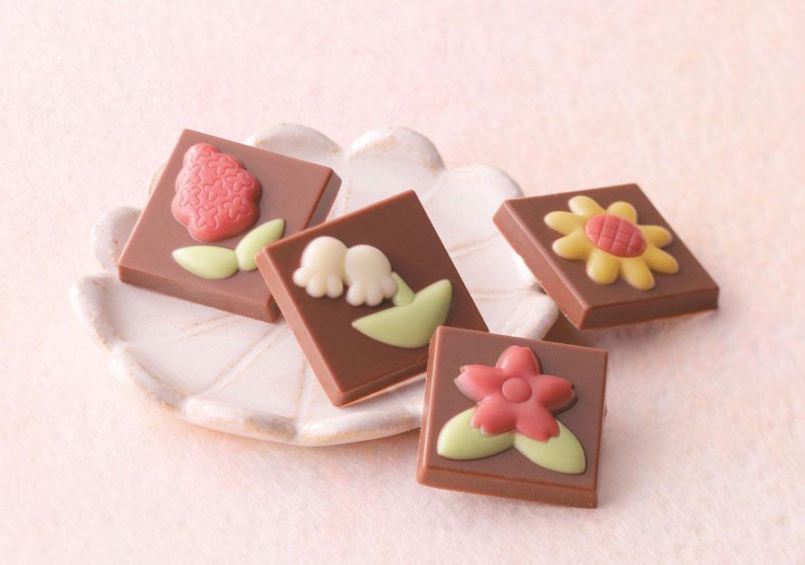 ロイズ チョコレートワールドのオリジナルアイテム「ロイズフラワーチョコ」465円。一口サイズで花の形が可愛らしい。