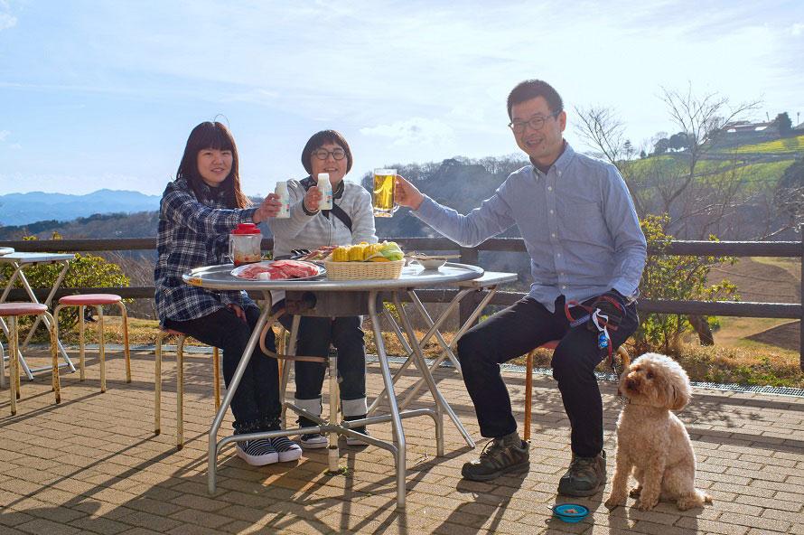 牧場を見渡せるジンギスカンレストラン「ジンギスカンガーデン」。ワンちゃん連れOKなので、愛犬と一緒にランチを楽しめる。