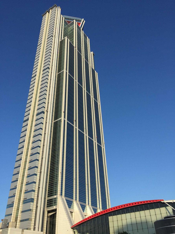 展望台があるのは、さきしまコスモタワー(大阪府咲洲庁舎)の55階部分。展望台入場口からシースルーエレベーターで52階へ向かい、そこからロングエスカレーターを利用しよう。