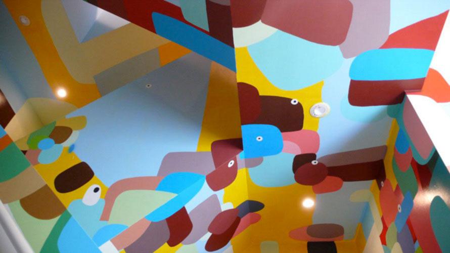 約13mある3層吹き抜けの階段塔の内部と、そこから続く屋上にアートが描かれている。フェデリコ・エレーロ《ウォール・ペインティング》  photo  Mami Iwasaki
