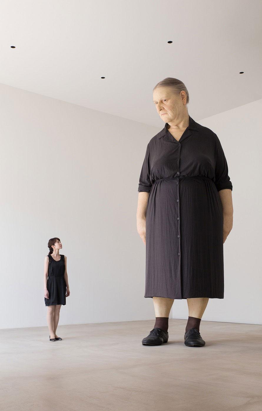 ロン・ミュエクの巨大な彫刻作品。その存在感に圧倒される!ロン・ミュエク《スタンディング・ウーマン》 撮影:小山田邦哉