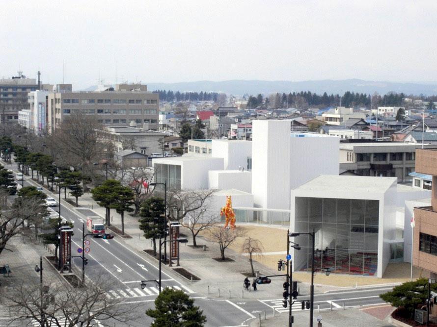 十和田の官庁街通りに立つ美術館。アートの街・十和田の象徴的存在となっている。
