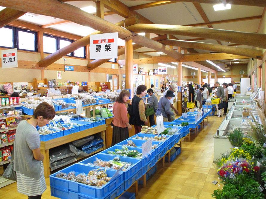 特産品等販売所「いいたかの店」では、お茶やシイタケなどの地元特産品をチェックしよう。