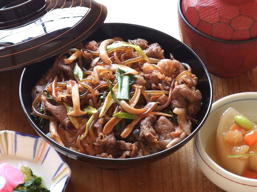すき焼き風の味付けが人気の「松阪牛(まつさかうし)丼」1340円はボリュームたっぷり。「レストランいいたか」では、鹿肉や猪肉を使ったジビエ料理もおすすめ。