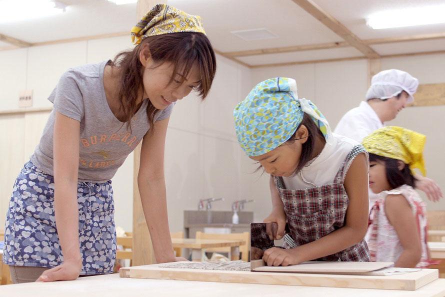 「味楽(みらく)工房」では、地元産のそば粉を使ったそば打ち体験教室を開催している。