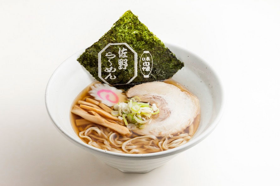 名物の佐野ラーメンは、フードコートで24時間食べることができる。