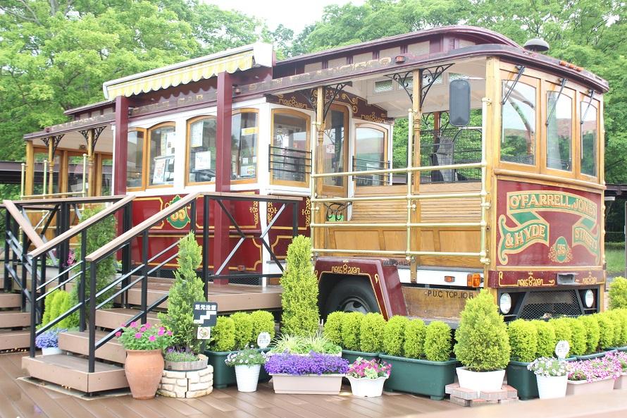 那須高原SA(上り)のシンボル「トロリーバス」。天気のよい日には、車窓から那須高原の山々を眺められる。コーヒーやワッフルを販売していて「乗る・遊ぶ・食べる」ことができ、子どもにも人気。