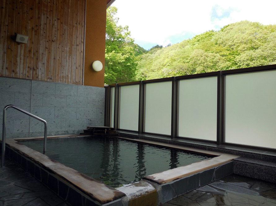 温泉施設「湯の郷」。自然に囲まれた展望風呂でリフレッシュ。内湯や岩盤浴も楽しむことができる。