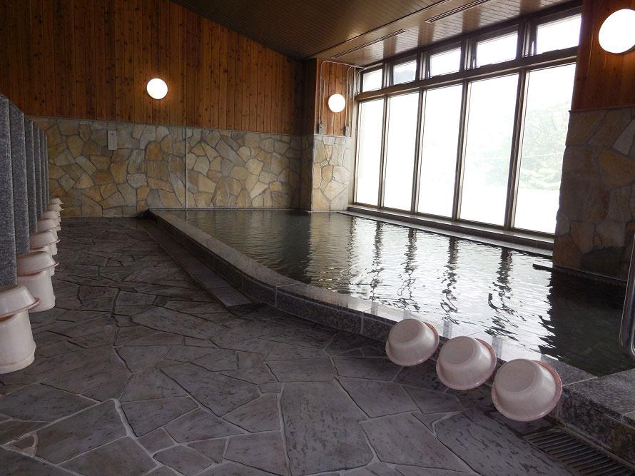 平家落人の伝説が語り継がれる秘湯・湯西川温泉を、源泉かけ流しで堪能できる。